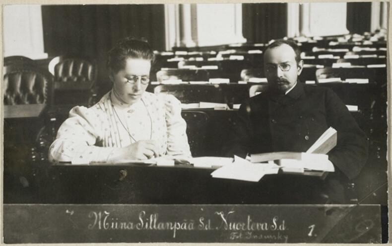 Kansanedustajat Miina Sillanpää ja Santeri Nuorteva istumassa pöydän äärellä lukemassa papereita.